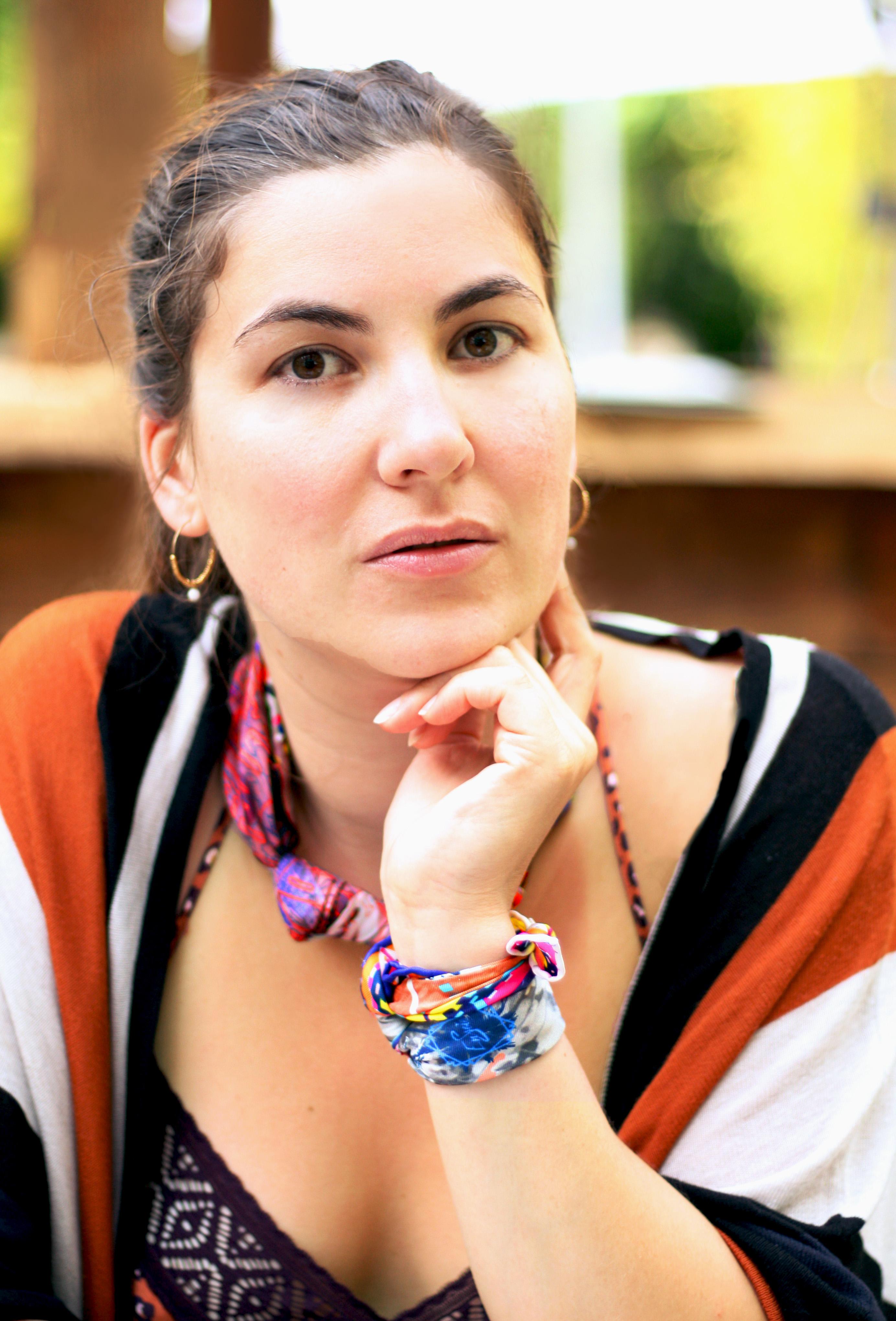 Portrait de la créatrice de la marque de foulards en soie Enssoie Lucie Lehair