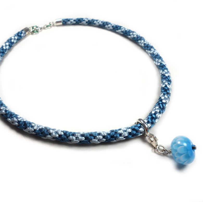 "Image of Blått halskjede med håndlaget glassperle ""krysantemum"" - braided necklace"