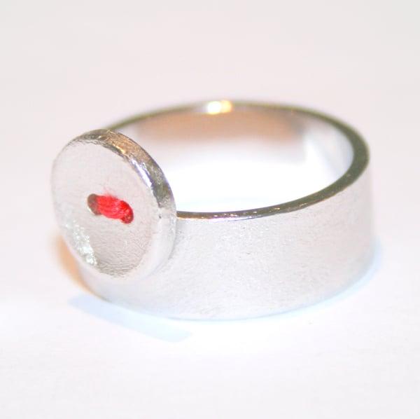 Image of Knoopjes ring met rode draad - breed model, juwelen op maat te Antwerpen