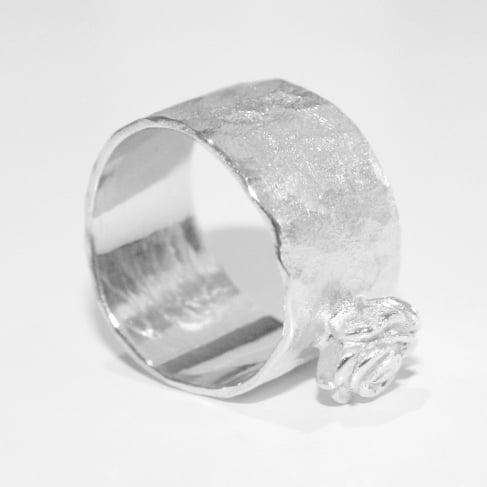 Image of Ring - gehamerde structuur - met roosje, juwelen verkrijgbaar te Antwerpen