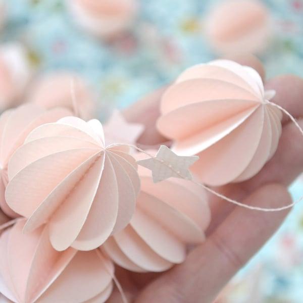 Image of Guirlande sphères rose tendre
