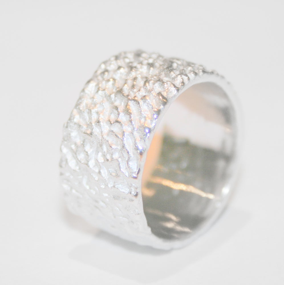Image of Ring in zilver -breed model- met groffe structuur, juweel te Antwerpen