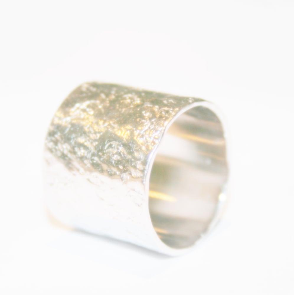 Image of Brede zilveren ring met gehamerde textuur, verkrijgbaar te Antwerpen