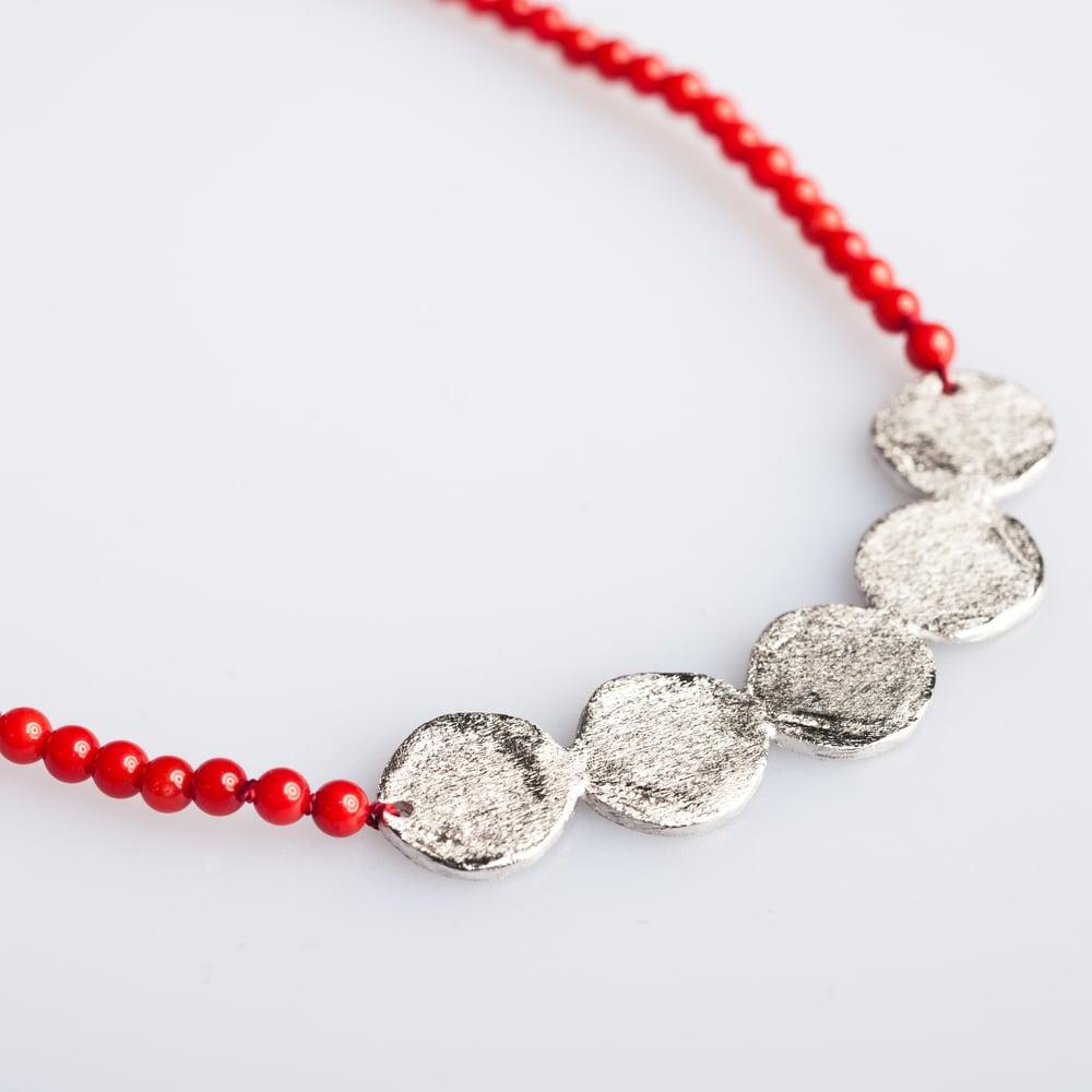 Image of Ketting, zilveren plaat en koraalbolletjes, Antwerpen, goudsmid, juweelontwerpster, zilver, koraal