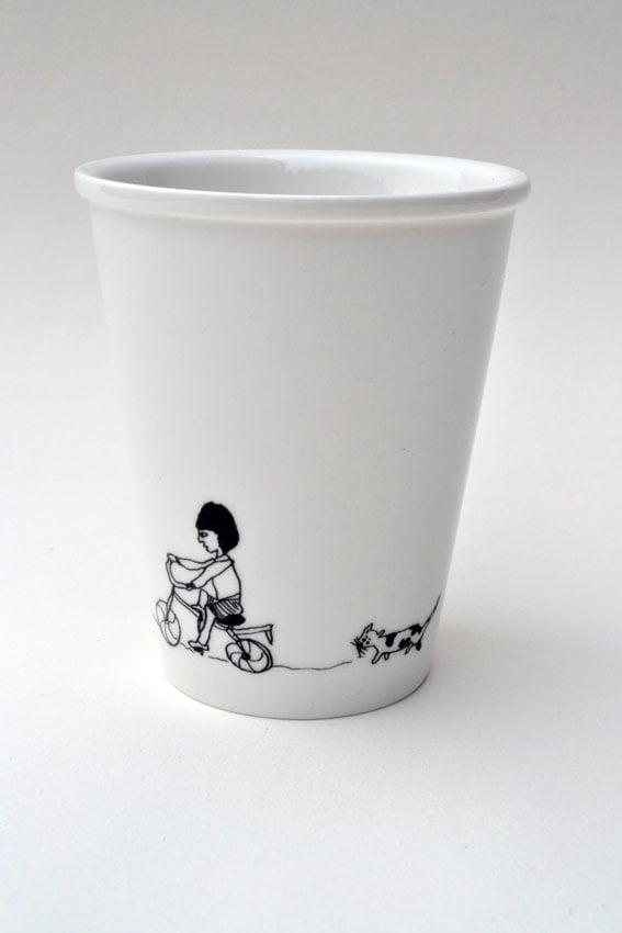 """Image of Gobelet en porcelaine """"la petite fille au vélo"""""""
