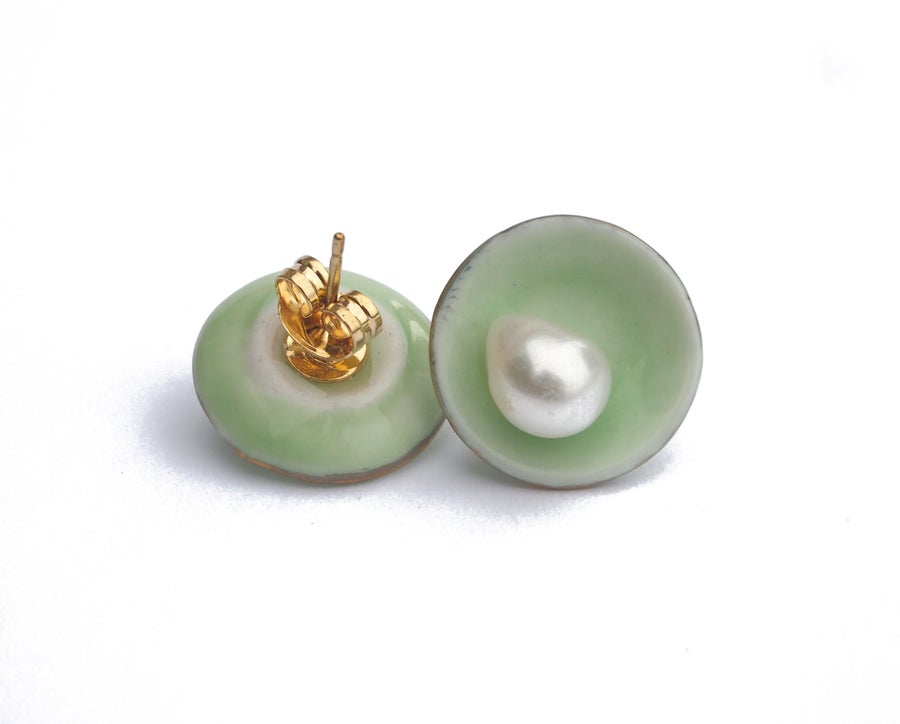 Image of green plate ears with pearl