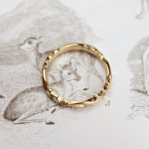 Image of 18ct gold 3mm floral carved