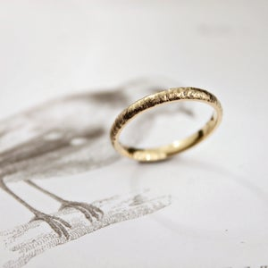 Image of 18ct gold 2mm horn texture