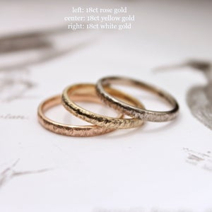 Image of 18ct gold 2mm horn texture ring