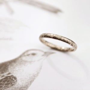 Image of 18ct white gold 2mm horn texture