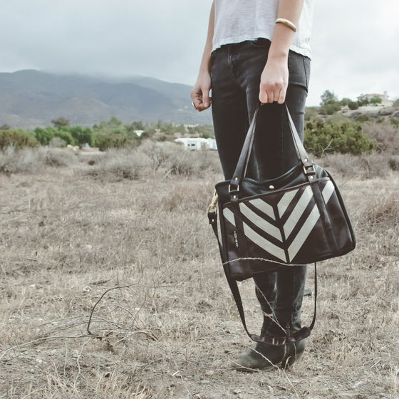 "Image of ""STRIPES"" SHOULDER BAG - BROWN"