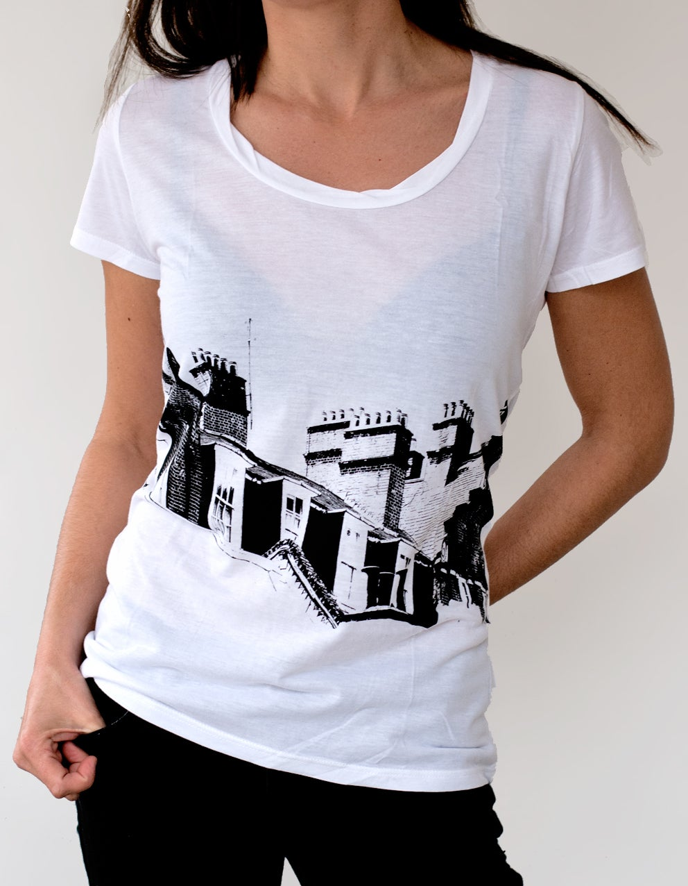 "Image of WOMEN'S BAMBOO TWISTED NECKLINE White T-SHIRT ""CHIMNEYS - London"""