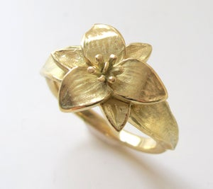 Image of Trillium Wildflower Botanical Ring 18K