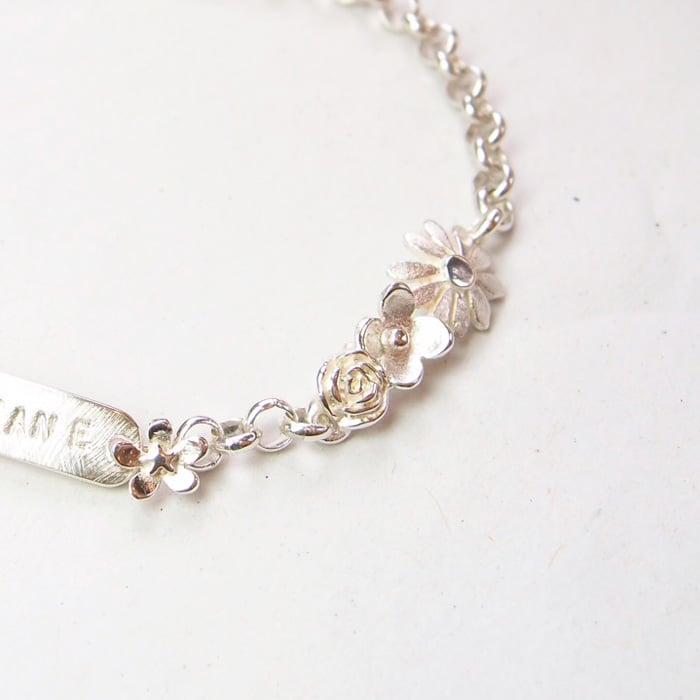 Beeld van Bloemen armband met naamplaatje