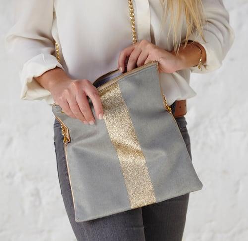 Image of Pochette *LOLA* gris clair et doré en suédine