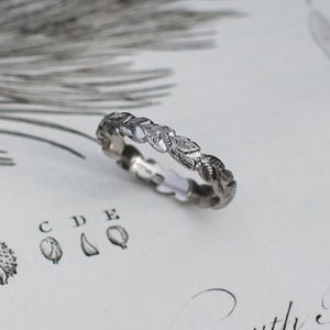 Image of 18ct white gold 4mm laurel leaf