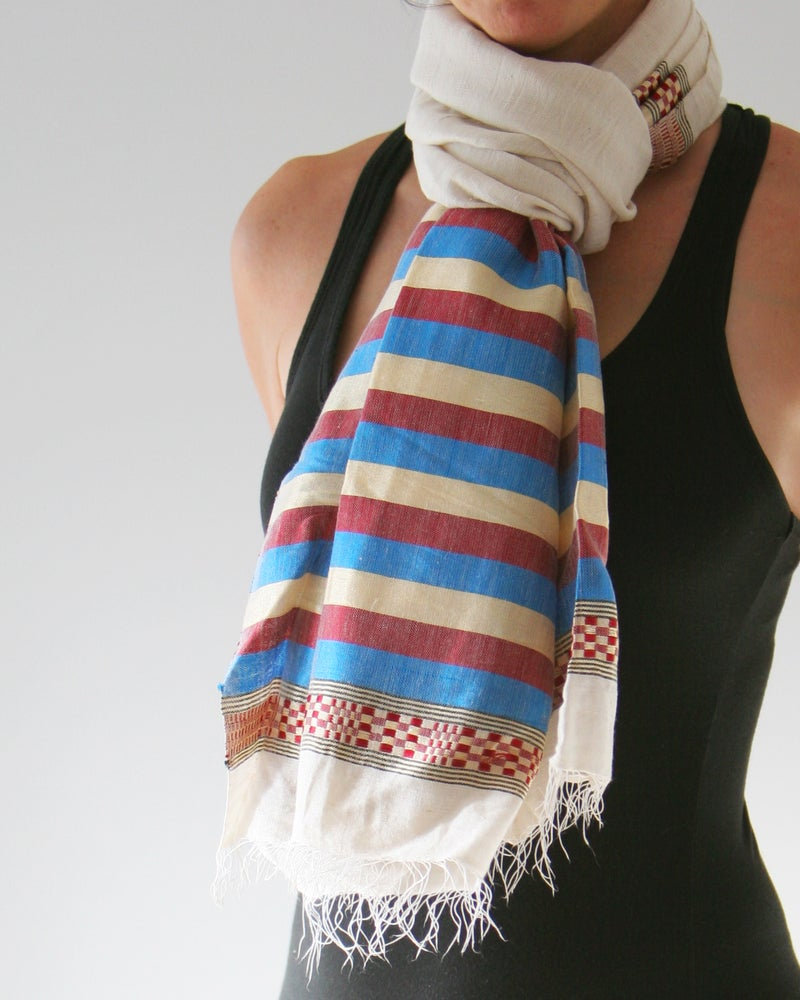 Image of Écharpe blanche rayée bleu et rouge / White scarf with red and blue lines