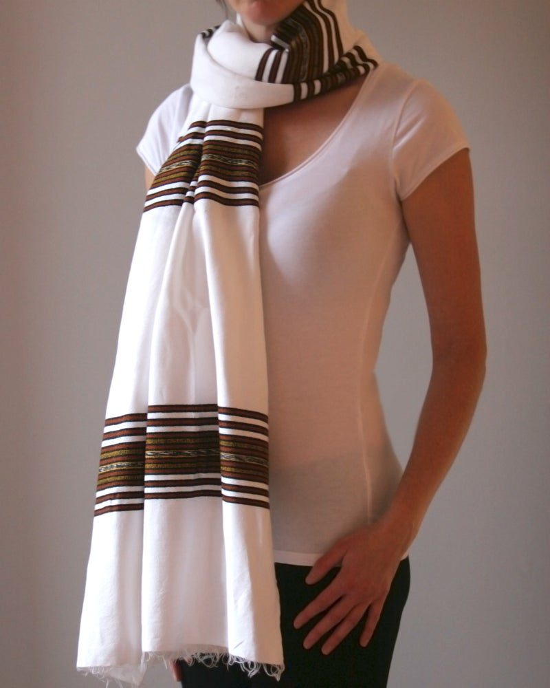 Image of Foulard unisexe blanc avec motifs / Unisex scarf with colored pattern