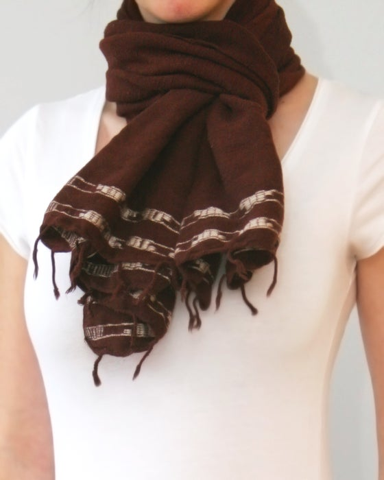 Image of Écharpe brune à motifs blancs / Brown scarf with white design