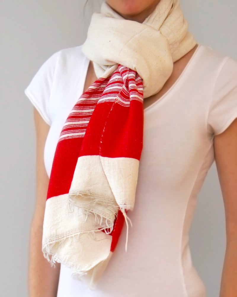 Image of Écharpe blanche à rayure rouges / White scarf with red stripes