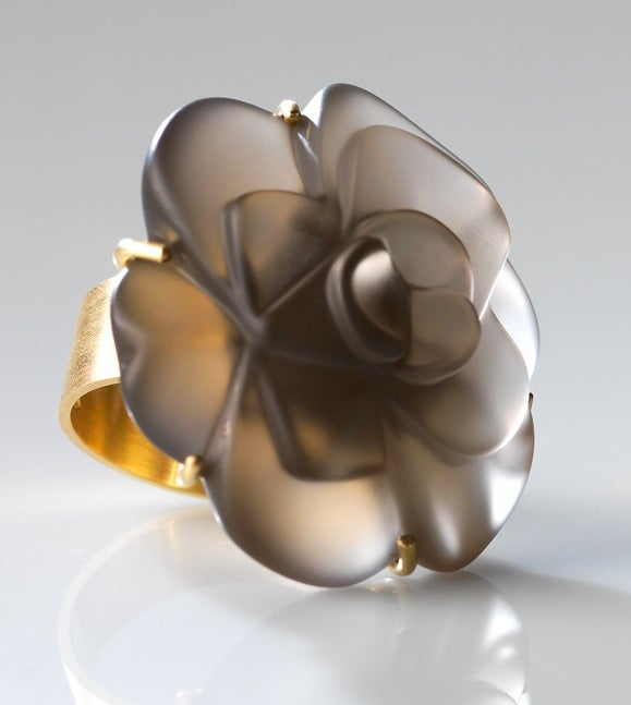 Image of 'Fleurs de mon cœur' ring in yellow gold and smoky quartz - ring in geel goud met rookkwarts bloem
