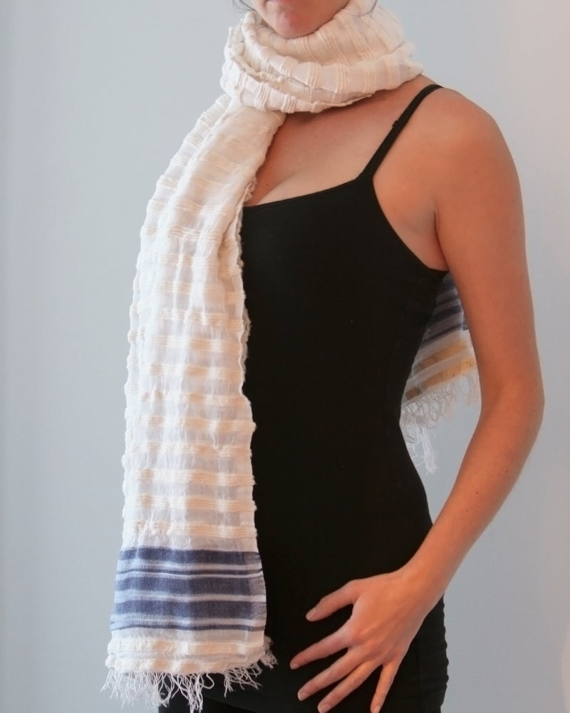 Image of Écharpe blanche rayée bleu  / White scarf with blue lines