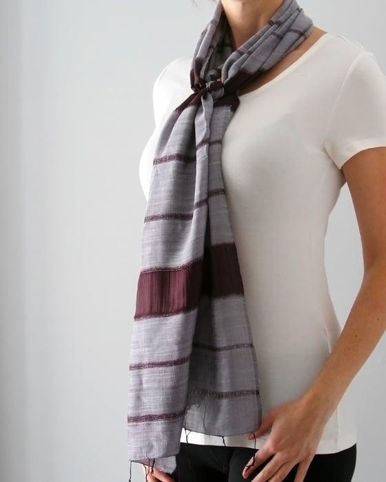 Image of Unisexe - Écharpe élégante rayée brun et gris / Unisex - elegant brown and gray striped scarf