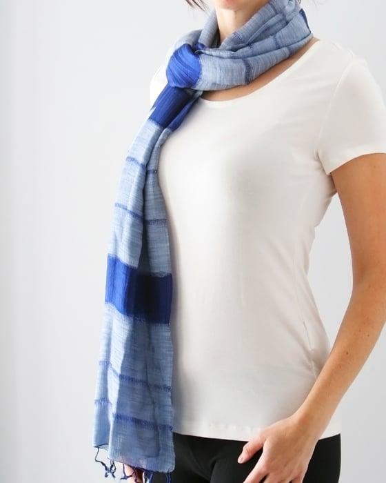 Image of Unisexe - Écharpe élégante rayée bleu ciel / Unisex - elegant sky blue striped scarf