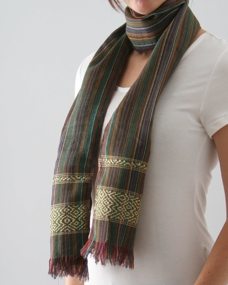 Image of Écharpe verte avec une ligne or / Green scarf with a gold line