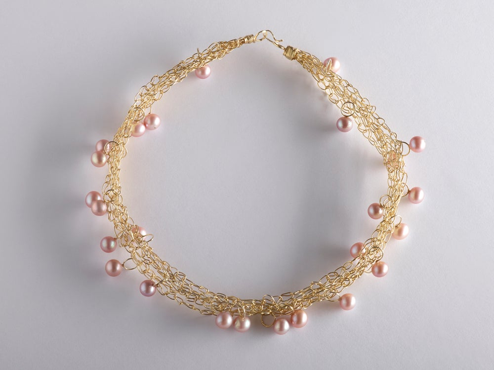 Image of 'Intertwined' goldplated necklace with pink pearls - halsjuweel verguld parels