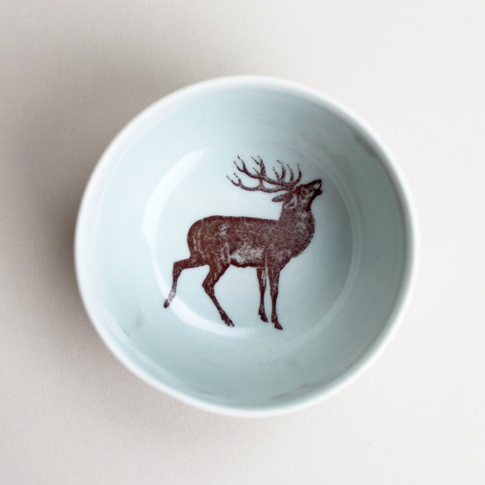 Image of roundie bowl with stag deer, ocean