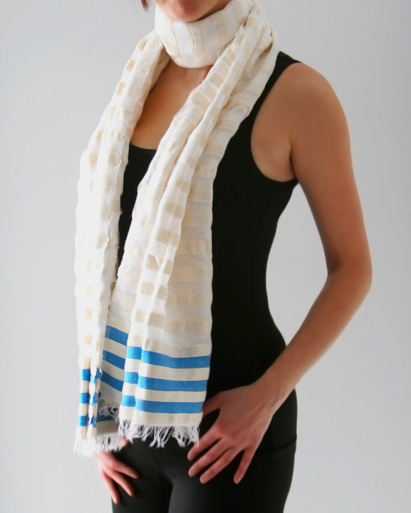 Image of Écharpe blanche avec lignes bleues / White scarf with blue lines