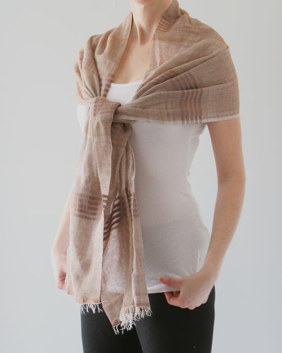 Image of Écharpe en coton léger brun / light brown coton scarf