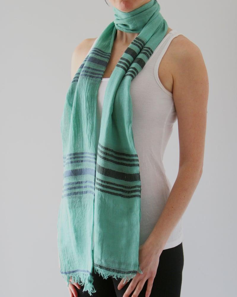 Image of Écharpe en coton léger vert rayé bleu / light green coton scarf with blue stripes