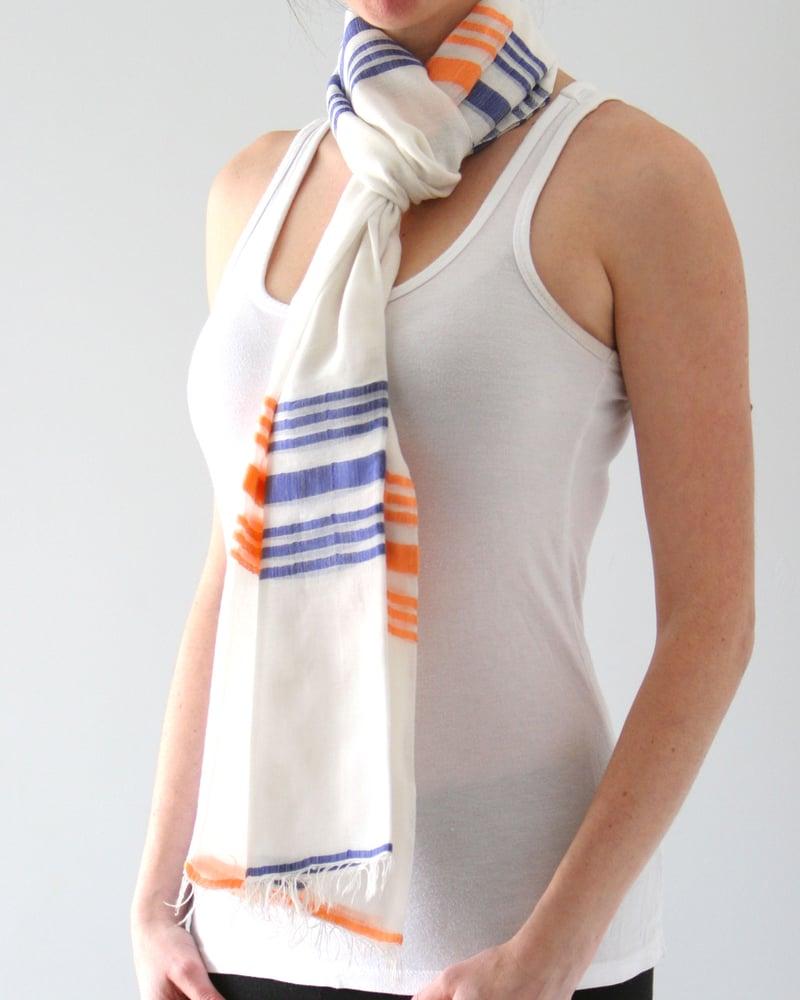 Image of Écharpe blanche légère à rayure bleu et orange /  blue and orange striped scarf