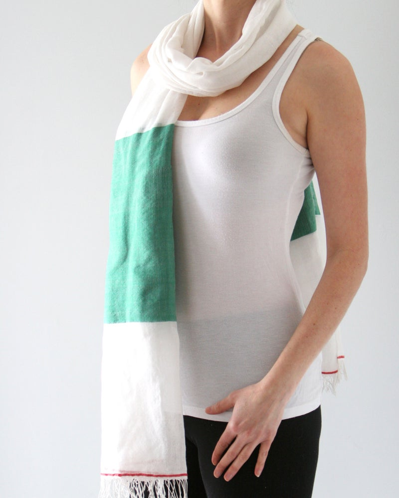 Image of Écharpe blanche et verte / White and green scarf