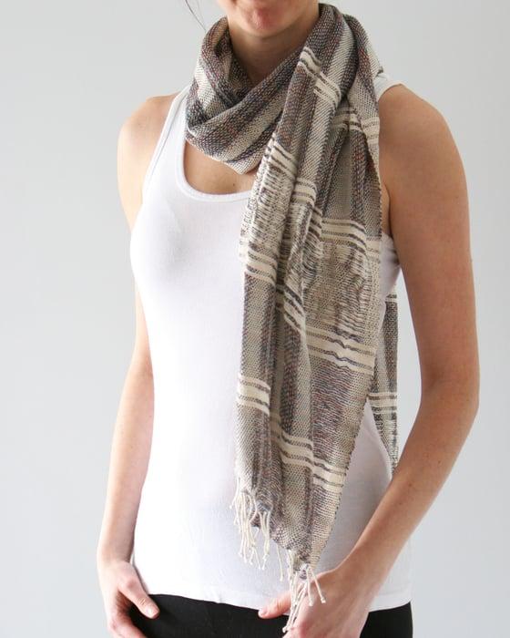 Image of Écharpe grise avec texture / Textured grey scarf