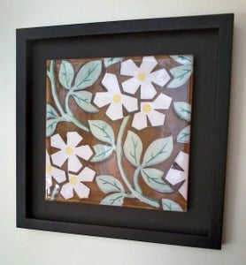 Image of Domenech i Montaner white flowers with a yellow heart ceramic framed tile.
