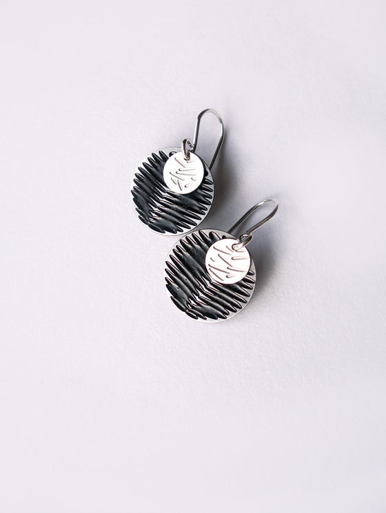 Image of MOON DOT EARRING: FROND POLLEN BLACK (ST. STEEL/ST.STEEL)