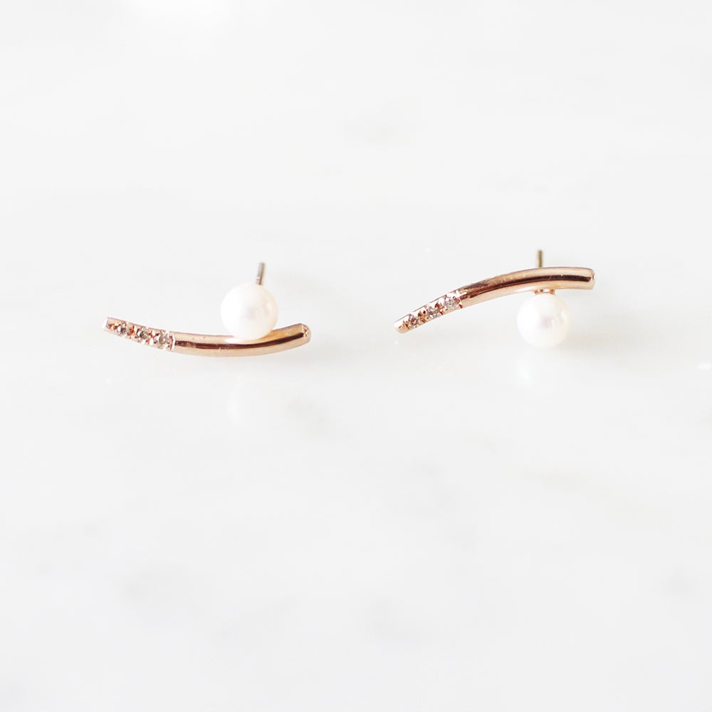 Image of Dewy Orchid Pearl Earring