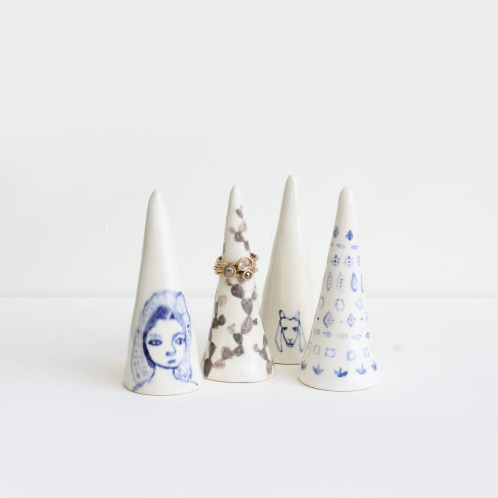 Image of Scarf girl earthenware ring cone