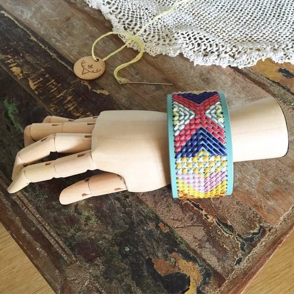 """Image of Bracelet / manchette """"navajo"""" mint brodée à la main, bohème"""