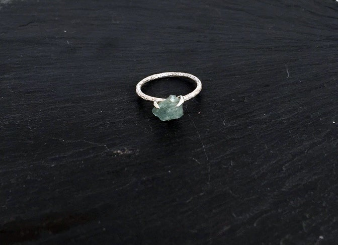 Image of Clawring ruff in 925 silver with an aquamarine