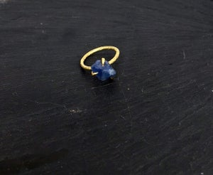 Image of Clawring ruff in brass with a sapphire
