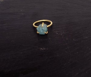 Image of Clawring ruff in brass with an aquamarine