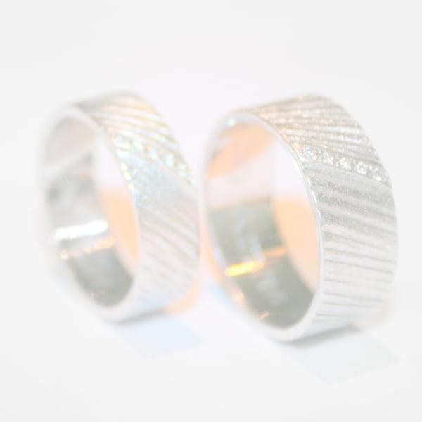 Image of Trouwringen met schuine lijntjes en 5 diamantjes, verlovingsring, Antwerpen, Wijngaardstraat