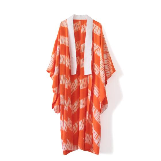 Image of Rød og hvid shibori stribet kimono af ny silke