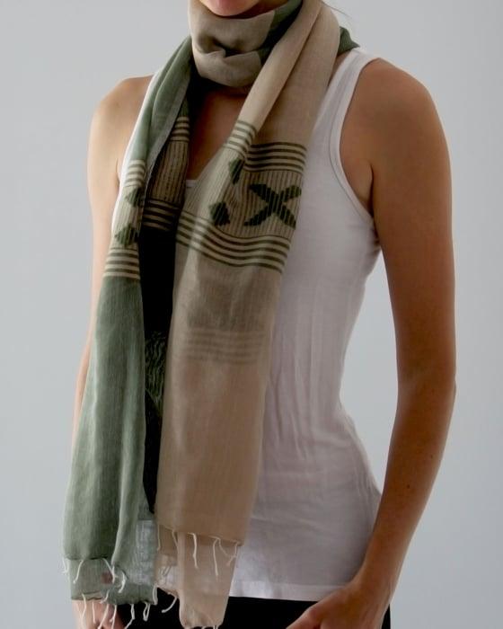 Image of Écharpe beige et verte / Green and beige scarf