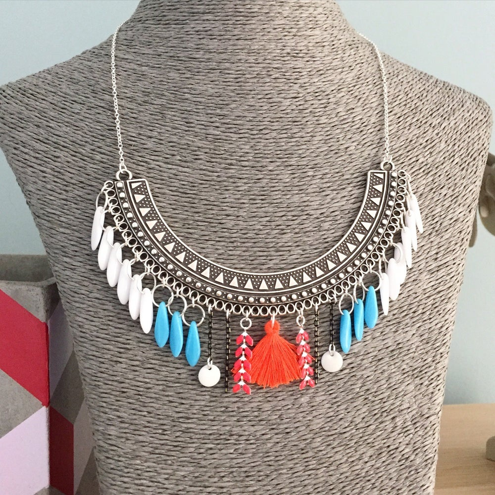 "Image of Collier plastron ""Indiana"", pompon, gipsy"