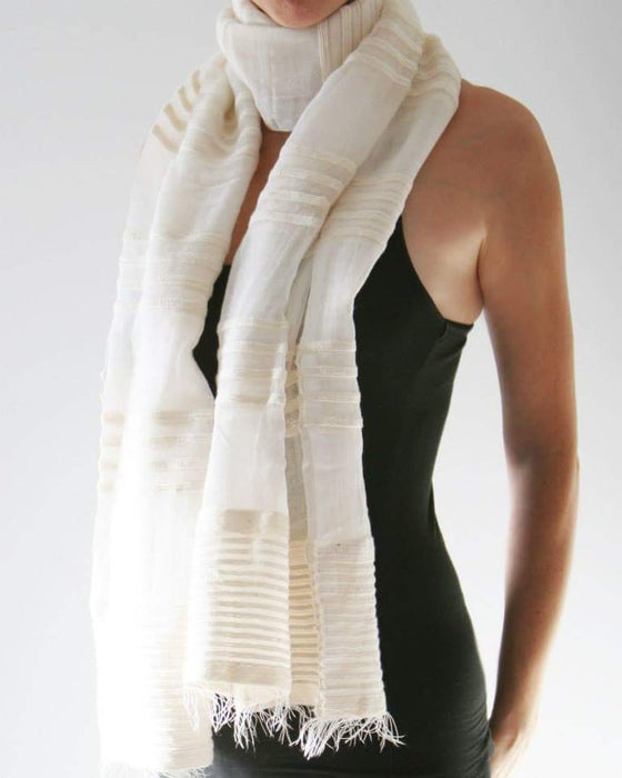 Image of Écharpes blanches rayures filigranes/ white scarf with watermark stripes